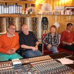 """Pause i innspillingen av """"KjÆRLIGTALT"""" . F.v Nicolay Leganger. Lars Martin Myhre (produsent), Terje Norum (tangent), Terje Støldal (bass)"""