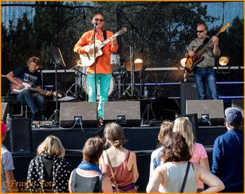 deMotiverte spiller på PlenAir festivalen på Herdla. Fv. Jan Øystein Dyblie (gitar), Nicolay Leganger (vokal/gitar), Joan Bruland (bass). Bak Nicolay sitter Stian Jacobsen (trommer)