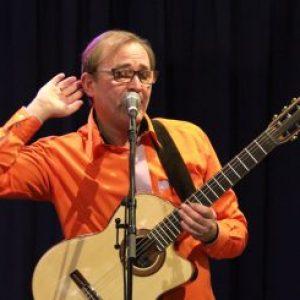 Bilde av Nicolay Leganger som lytter på publikum under en konsert i Knarvik. Foto Audun Engesbak